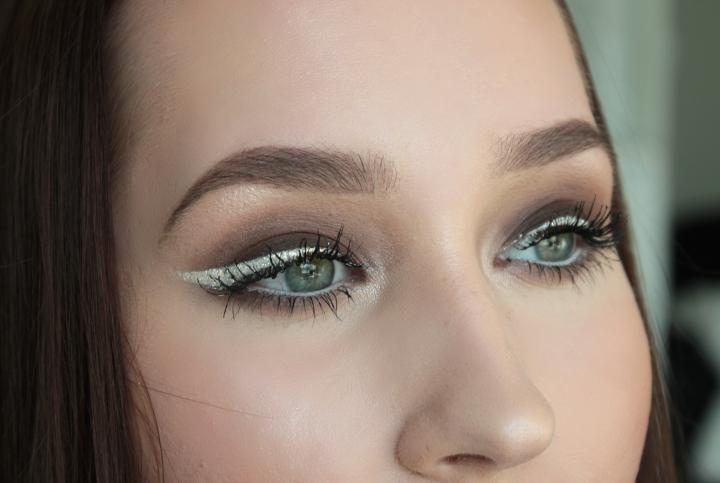 MOTD tumma silmämeikki glitter-rajauksella