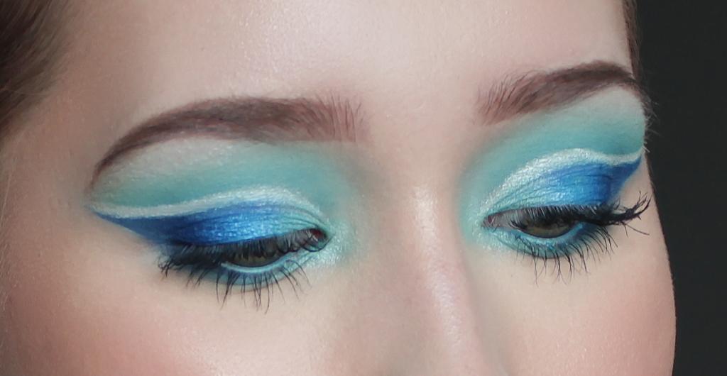 Sininen silmämeikki glitter rajauksella