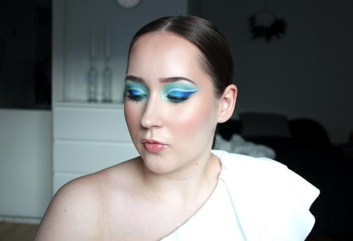 Hyvä sininen luomiväripaletti sinisen silmämeikintekoon