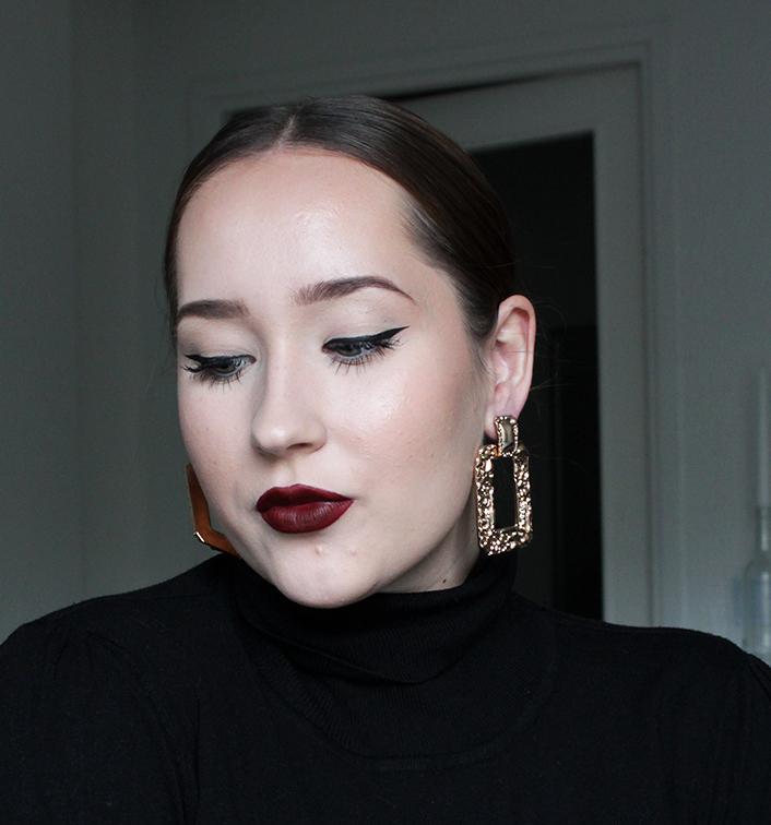 Klassinen meikki tummalla huulipunalla